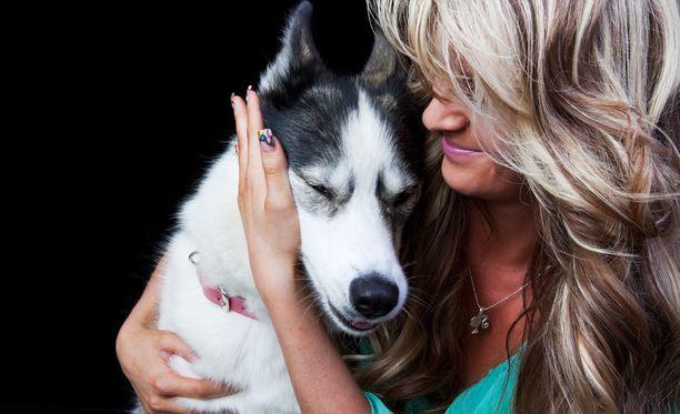 Jos koirilta kysytään, voisi vähempikin halailu riittää.