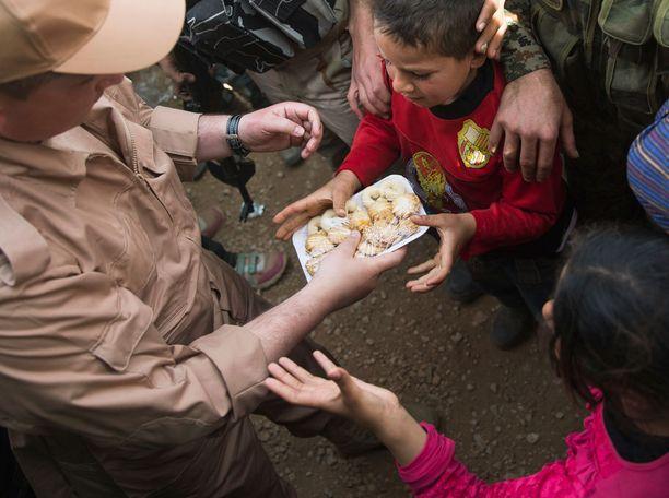 Lapset kärsivät piiritetyillä alueilla nälästä.