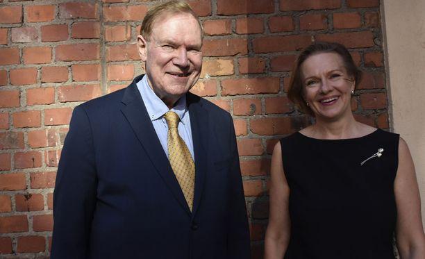Sairauskohtauksista hyvin toipunut Paavo Lipponen juhlisti eilen vaimonsa kanssa Päivin esikoisromaanin ilmestymistä.
