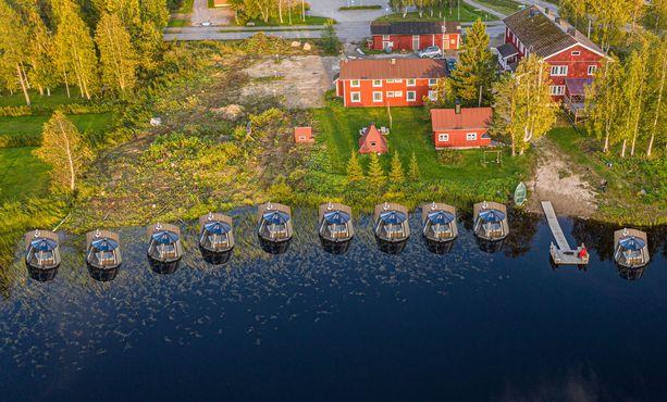 Arctic Guesthouse & Igloos koostuu perinteikkäästä majatalosta ja kymmenestä liikuteltavasta lasi-iglusta.
