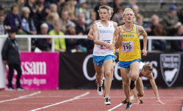 Jarkko Järvenpää kaatui kymppitonnilla (kuvassa takana), kun David Nilsson (kuvassa etualalla) torppasi suomalaisen nurin.