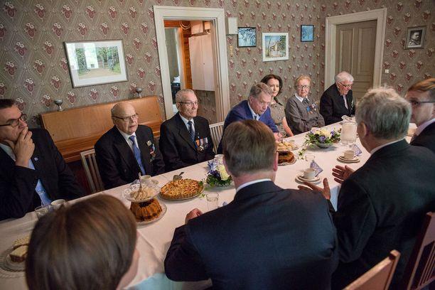Presidenttipari päätyi yhteiseen kahvipöytään veteraanien ja lottien kera.