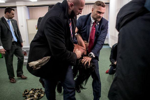 Järjestyksenvalvojat poistivat paikalta naisen, joka hyökkäsi presidentti Miloš Zemania kohti tämän mennessä äänestyskopille Prahassa perjantaina.