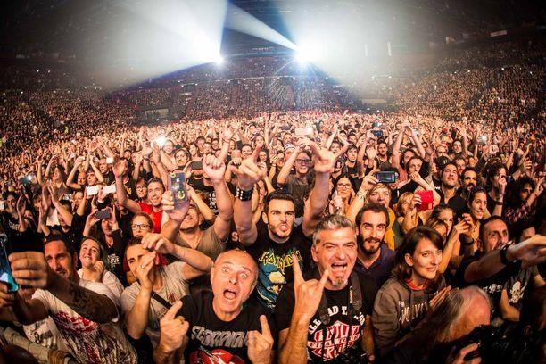 Scorpionsin faneja Milanon-keikalla marraskuun 11. päivänä.