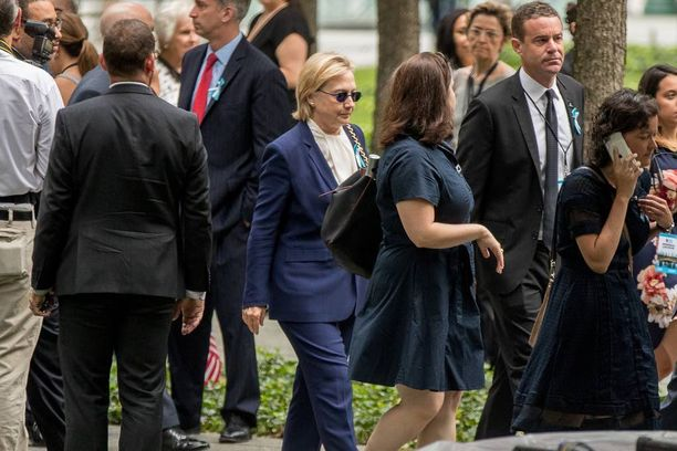 Hillary Clinton saapui muistomerkille sunnuntaina avustajiensa seurassa.