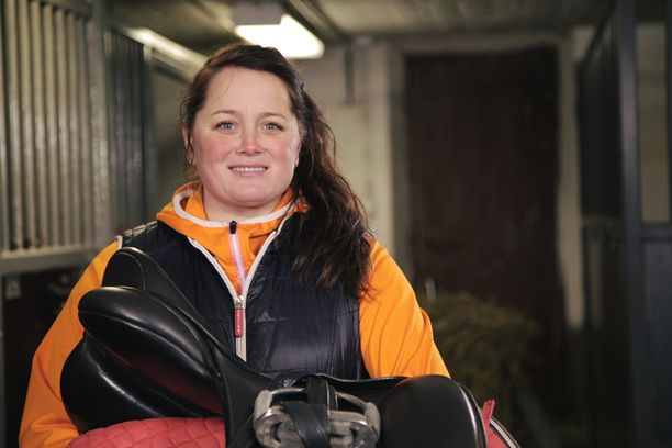 Tuusulalainen Jonna työskentelee poliisina ja hoitaa vapaa-ajallaan hevosia.