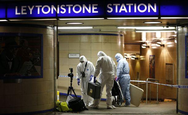 Rikospaikkatutkijat saapuivat iskun jälkeen metroasemalle.