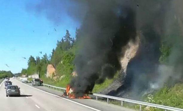 Auto tuhoutui palossa täysin.