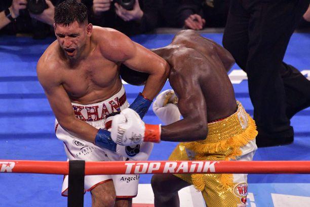 Amir Khan irvisti tuskasta, kun Terence Crawford jysäytti miestä vyön alle.