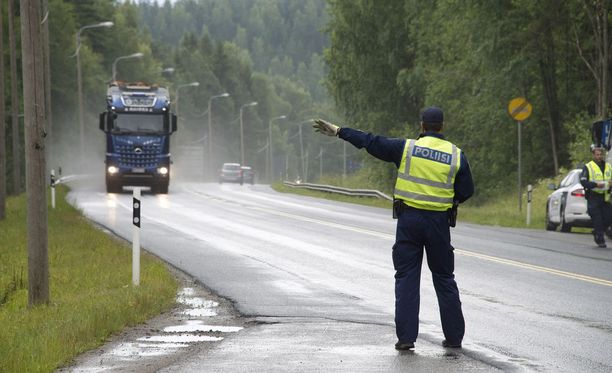 Poliisi valvoo raskasta liikennettä tehostetusti koko maassa vuorokauden ajan. Valvonta alkaa keskiviikkoaamuna kello 6.