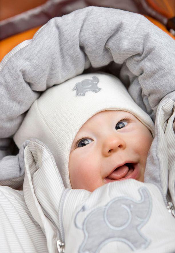 Vauvan ulkohaalari on nyt vaaleanharmaa. Puolet päälliskankaasta on kierrätysmateriaalia.
