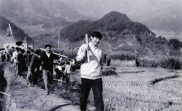 Kulttuurivallankumouksen aikana Xi uurasti maatöissä muiden eliittinuorukaisten tavoin.