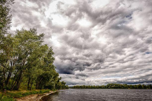 Myrskypilvet saartavat taas eteläistä Suomea. Kuvituskuva.