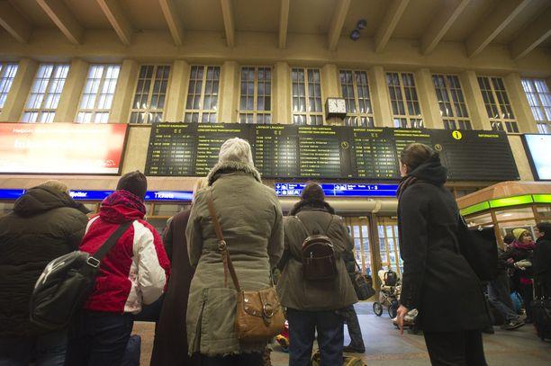 Junaliikenne takkuaa pahoin maanantaina.