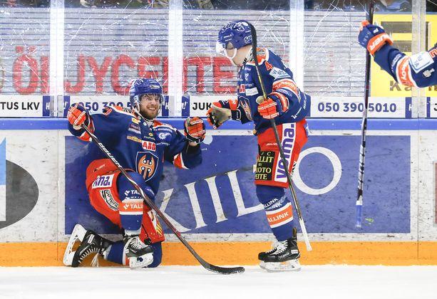 Veli-Matti Vittasmäki (vas.) on palannut kaukaloon. Puolustaja kellotti yli 21 minuutin peliajan viime perjantain TPS-ottelussa.