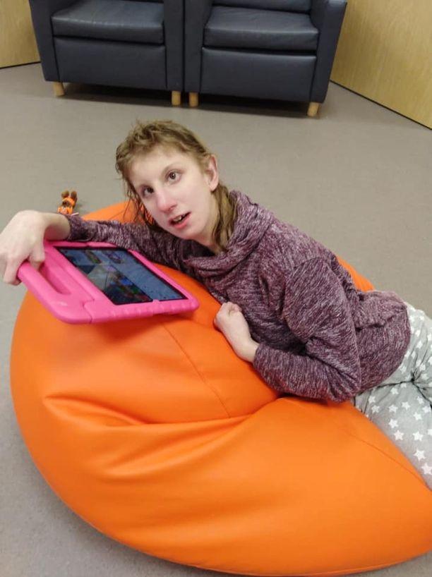Sofia kommunikoi muun muassa tabletin avulla.