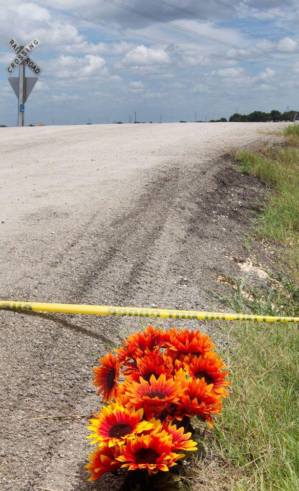 Ihmiset toivat kukkia kuumailmapallon onnettomuuspaikalle.