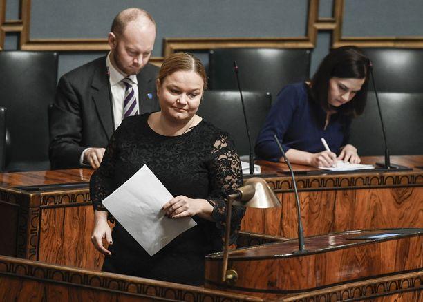 Krista Kiurun johtama valiokunta ottaa perustuslakivaliokunnan lausunnon käsittelyyn. Työilmapiiriä sosiaali- ja terveysvaliokunnassa on kuvailtu poikkeuksellisen kireäksi. Hallituspuolueista on moitittu oppositiojäseniä valiokunnan työn tahallisesta hidastamisesta ja oppositiosta on kritisoitu valiokunnan hallituspuolueen edustajia liiallisesta kiirehtimisestä.