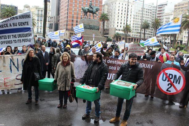 Aktivistit toimittavat Uruguayn presidentille kolme laatikollista kansalaisten vetoomuksia. Elokuussa luovutettiin 5000 kappaletta, lokakuussa toiset 5000.