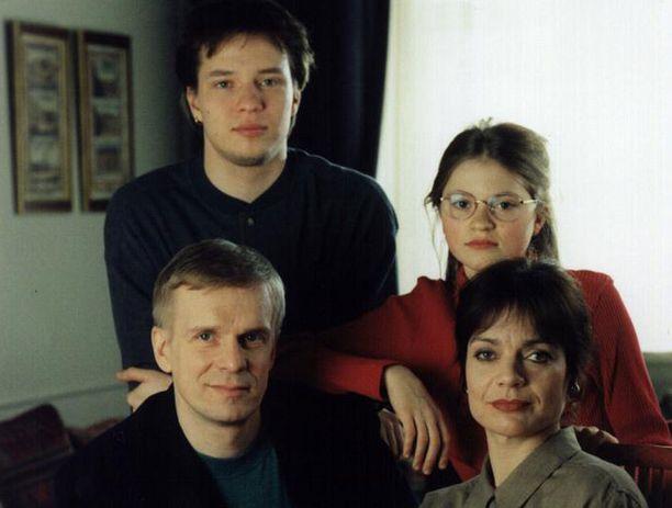 Mäkimaiden perhekuvasta puuttuu Laura-tytär. Pertin ja Eevan kanssa poseeraavat Janne ja Mirja.