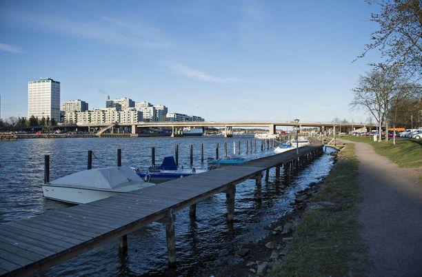 Uhri raiskattiin rannassa Helsingin Hakaniemessä.