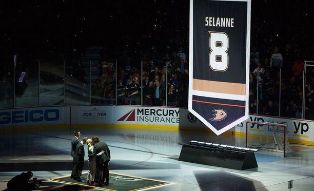 Anaheim Ducks järjesti upean tilaisuuden jäädyttäessään Teemu Selänteen pelipaidan tammikuussa 2015.