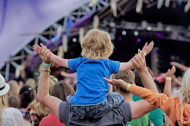Wilderness-festivaaleilla näkyy monenikäisiä juhlijoita.