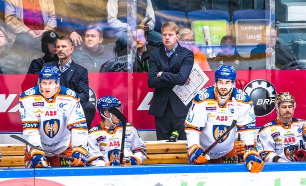 Jukka Rautakorpi on tukalassa tilanteessa. Kärpät johtaa finaalisarjaa 3-0.