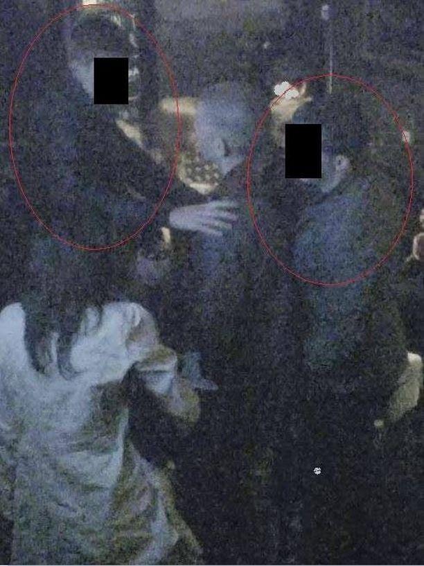 Edessä oleva läikyttää uhrin juomalasia ja ottaa häntä olkapäästä kiinni anteeksi pyydellen. Takana oleva liimautuu uhriin kiinni ja vie taskusta lompakon.