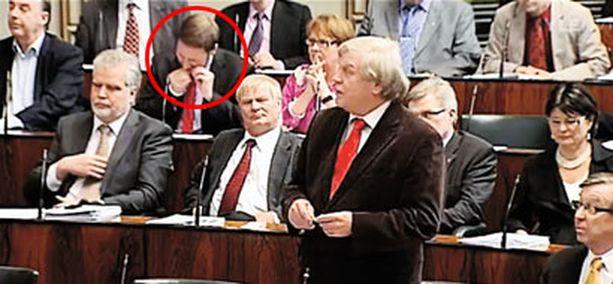 NOPEASTI Paavo Arhinmäki sujautti nuuskan huuleensa pikaisesti, muttei täysin huomaamattomasti.