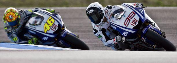 Maailmanmestari Jorge Lorenzo (oik.) oli liikaa Valentino Rossille.