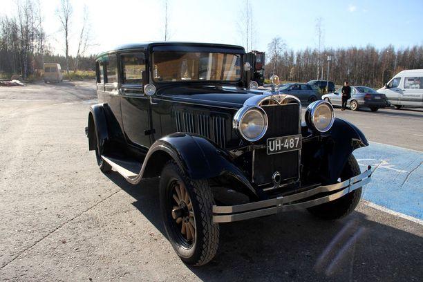 Pirtu-Dodge kerää katseita toreilla ja turuilla, vaikka varmasti ei tiedetä, oliko juuri tällä autolla kuljettettu pirtua.