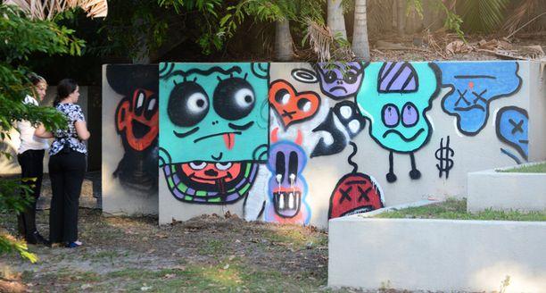 Justin Bieber maalasi Cold Coastilla sijaitsevan QT hotellin aitaan värikkään graffitin.