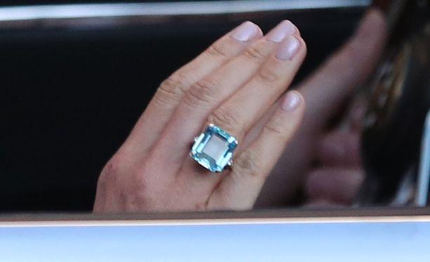 Meghan piti oikeassa kädessään prinsessa Dianalle kuulunutta kookasta sormusta.