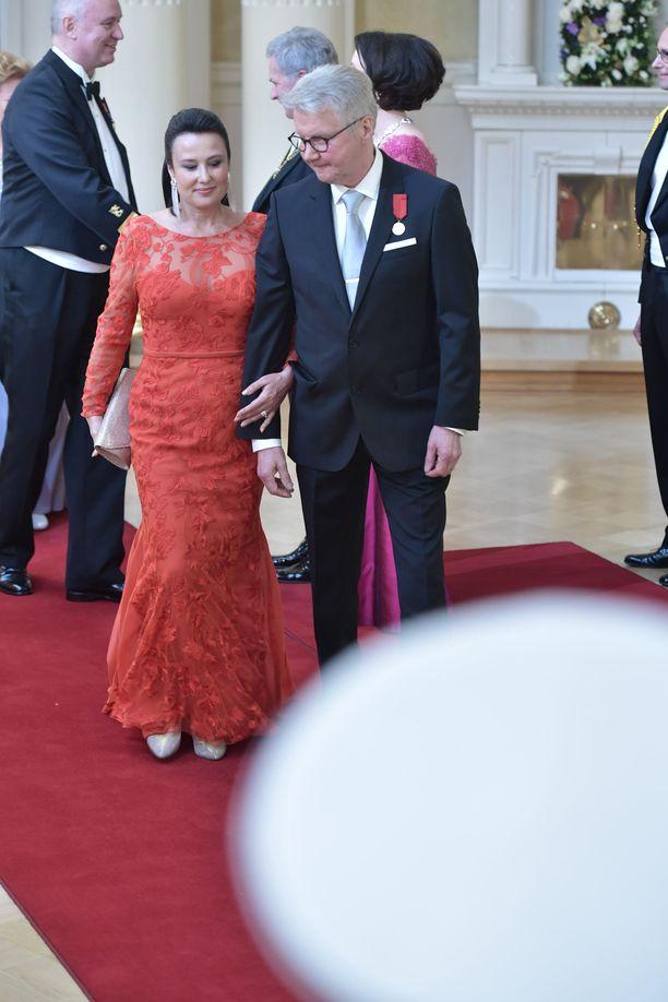 Pirkka-Pekka Petelius saapui Erika-vaimon kanssa.