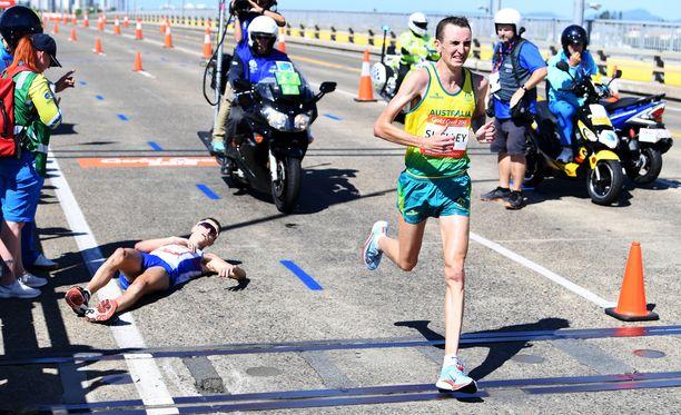 Ratkaiseva hetki - Michael Shelley juoksi maratonin voittoon ja ohitti romahtaneen Callum Hawkinsin.