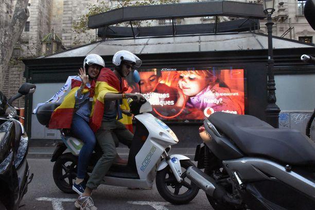 Nuoret kannattivat Espanjan yhtenäisyyttä mielenosoituksessa.