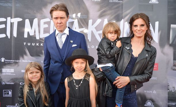 Temosten perhe poseerasi Teit meistä kauniin -elokuvan kutsuvierasnäytöksen punaisella matolla.