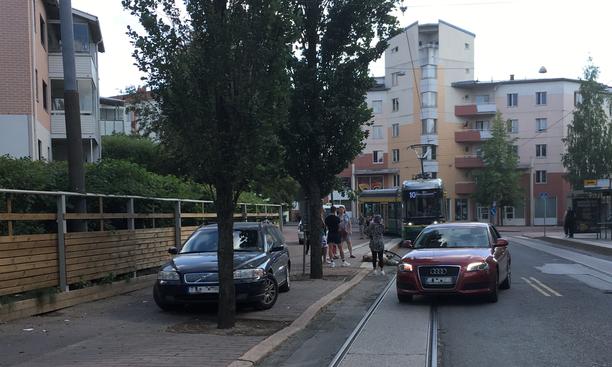 Helsingin Pikku-Huopalahdessa tapahtui sunnuntaina onnettomuus, jossa polkupyörällä ajanut mies loukkaantui. Paikalle saapunut nainen ihmettelee, miksi päävamman saanut uhri siirrettiin ennen ambulanssin tuloa ja jätettiin yksin.