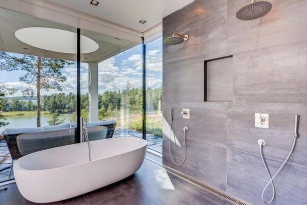 Luonto ja merimaisema ovat pääosassa myös sisätiloissa. Tällaiset maisemat esimerkiksi avautuvat kylpyhuoneesta.