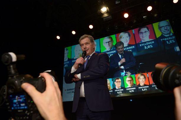 Niinistö puhui vaalivalvojaisissa lopullisten tulosten varmistuttua. Voittajan on helppo hymyillä.