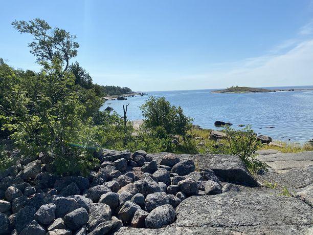 Itäisen Suomelahden kansallispuistoon kuuluu useita pinta-alaltaan pieniä saaria.