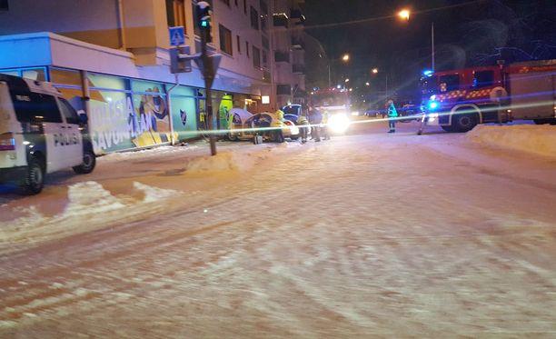 Paikalle saapui poliisi ja pelastuslaitoksen yksiköitä.