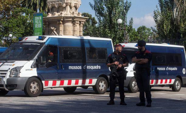 Poliisit ovat vartoineet parlamenttitaloa tiistaina aamusta lähtien.
