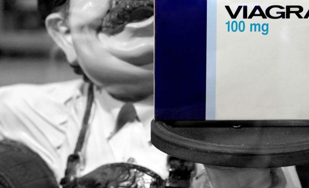 Viranomaiset takavarikoivat yli 5300 pulloa potenssilääkkeellä terästettyä voimakasta baijiu-viinaa. Kuvituskuva.