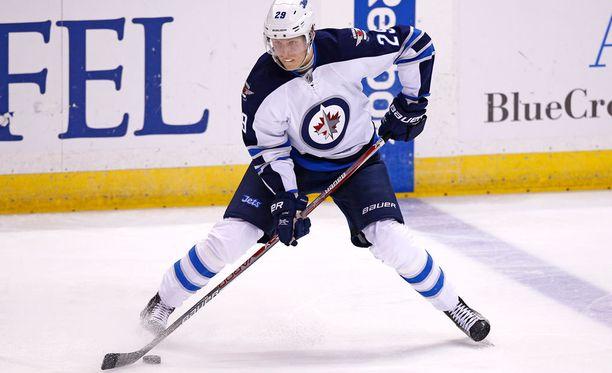 Jetsin Patrik Laine johtaa yhä NHL:n maalipörssiä yhdessä Sidney Crosbyn kanssa.