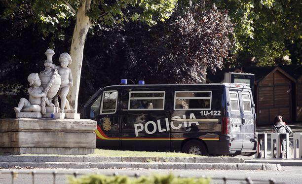 Poliisi on lisännyt näkyvyyttään Espanjassa terrori-iskun jälkeen. Kuva on Madridista El Prado -museon edestä.