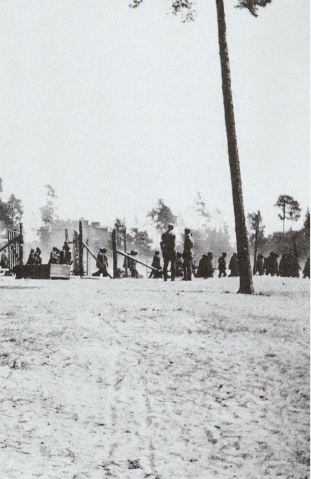 Vankeja ja vanginvartijoita kesällä 1918 leirillä Dragsvikissä.
