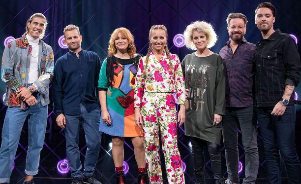 Robin Packalen, Lenni-Kalle Taipale ja Irina muodostavat toisen joukkueen ja Laura Voutilainen, Leri Leskinen ja Leo toisen. Jaana Pelkonen tuomaroi, joskaan ei otsa rypyssä.