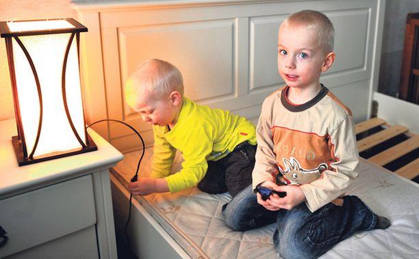 TÄYTEEN LELUJA Veljekset Alvin ja Lucas lastasivat kuvan kaltaisen lampun leluja täyteen.